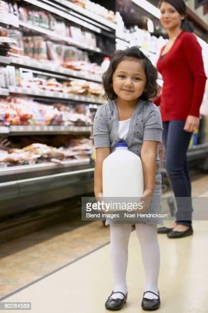 indian girl carrying milk in grocery store - milk carton - fotografias e filmes do acervo