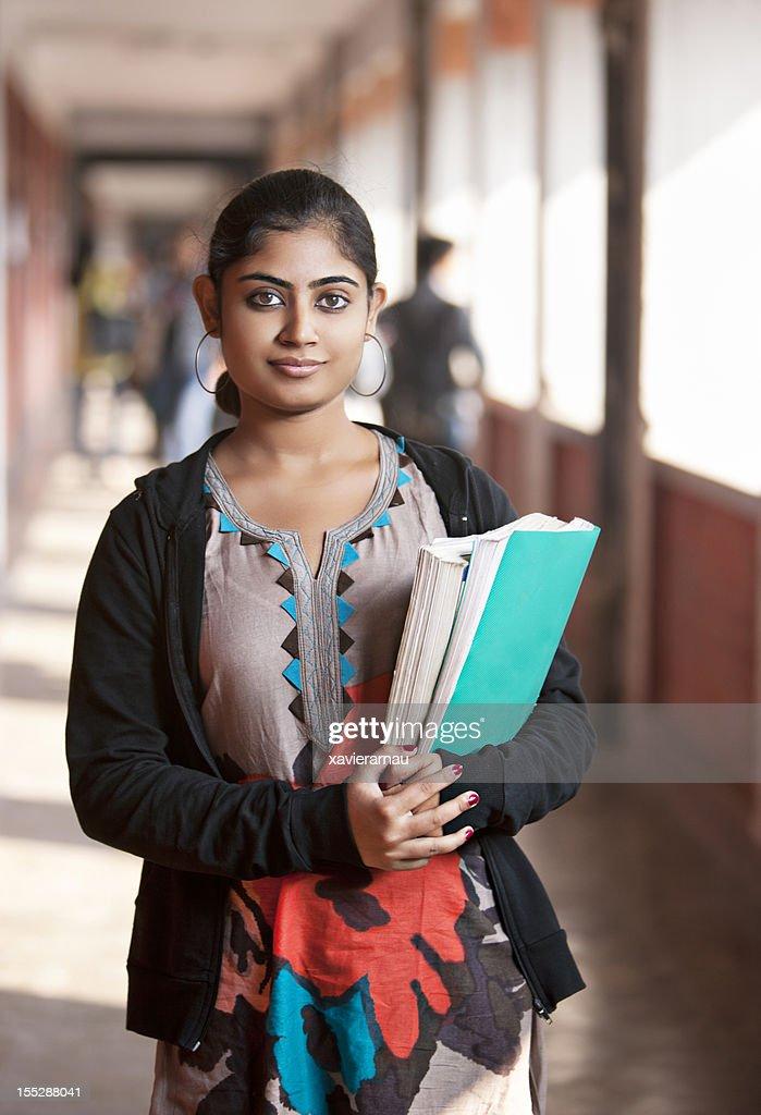 Indische Mädchen in der Universität : Stock-Foto