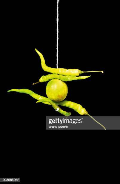indian good luck charm - talisman of lemon and chillies on doorway - portafortuna foto e immagini stock