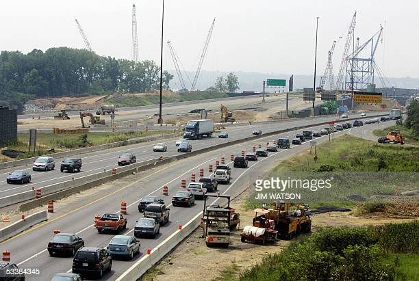 Indian Head, UNITED STATES: Travellers to the Woodrow Wilson Bridge on the Washington, DC, Capital Beltway I-495, go from four to one lane during a...