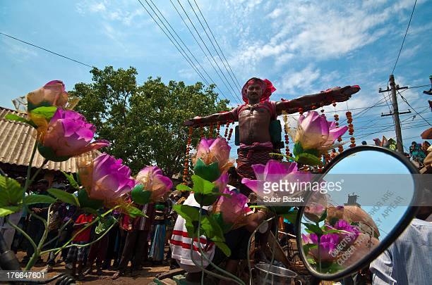 Indian Hindu devotee crucify himself as a symbolic sacrifice to the Hindu deity Shiva during the Shiva Gajan festival in Bainan, West Bengal state,...