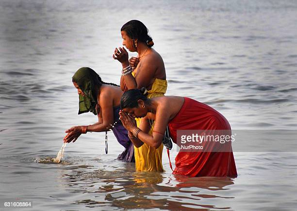 Indian Hindu devotees arrive to take a holy bath and to perform rituals in the Bay of Bengal at the mouth of the river Ganges in Sagar Island around...