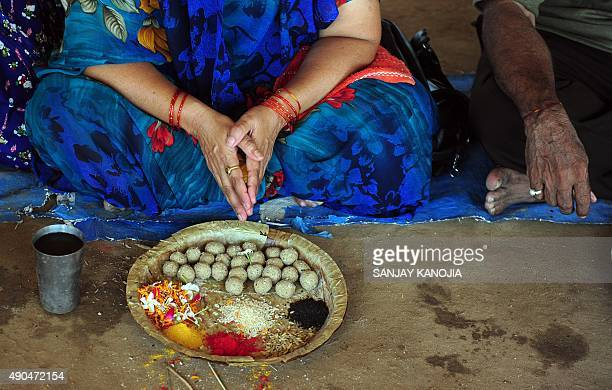 Indian Hindu devotees from West Bengal perform 'pinddaan' rituals for the salvation of their ancestors at Sangam on the second day of Pitru Paksha in...