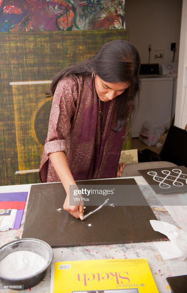 Indian Kolam painter : News Photo