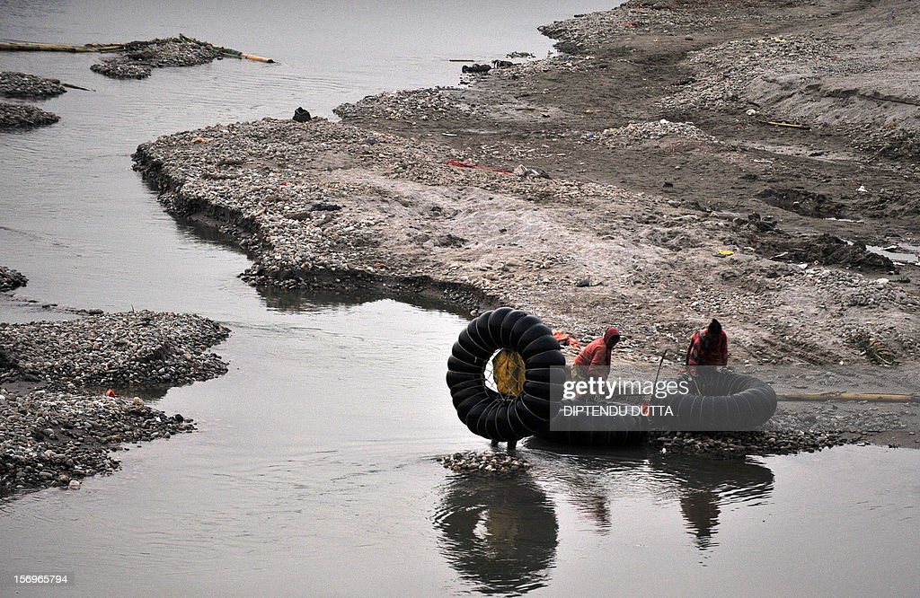 Indian labourers prepare to go home after collecting stone chips from the Mahananda river in Siliguri on November 26, 2012. India's economy logged around 5.5 percent growth in the last financial quarter, the finance minister estimated on November 24, 2012 - a rate that could boost calls for lower interest rates to spur activity. AFP PHOTO/Diptendu DUTTA