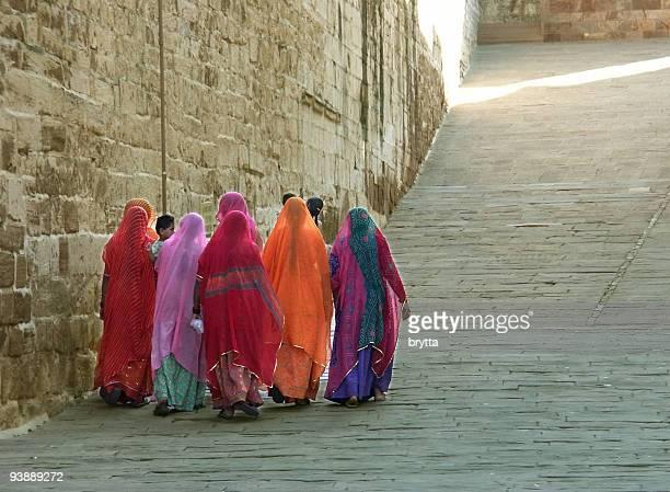 インドの女性の背景にメヘラーンガル砦、ジョードプル、インドます。