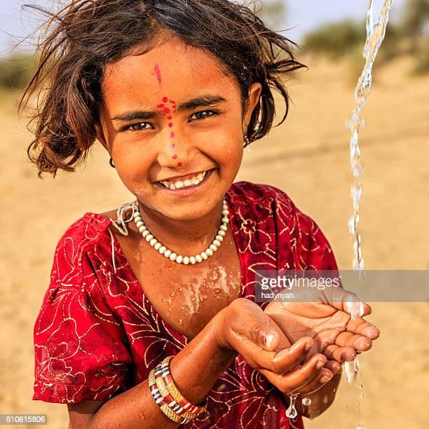 インドの少女飲料水、新鮮な砂漠の村、インド・ラージャスターン州)