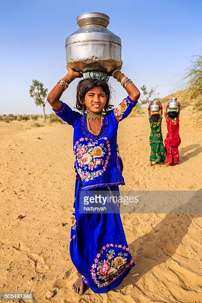 Indische Mädchen Tragen von Wasser auf den Kopf gut