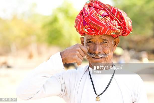 homem indiano segurando seu bigode - artigo de vestuário para cabeça - fotografias e filmes do acervo