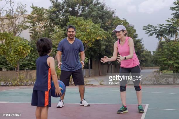 インド人男性、イラン人女性が息子とバスケットボールをする - イラン人 ストックフォトと画像