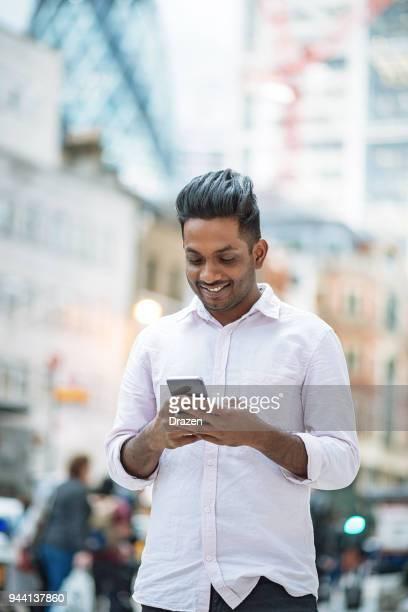 mensaje de texto indio hombre - handsome pakistani men fotografías e imágenes de stock