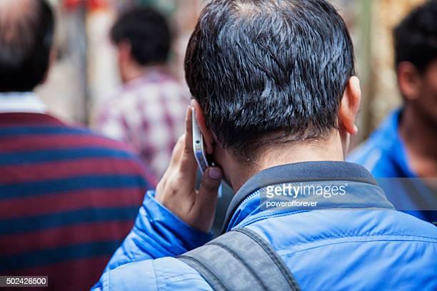 Indian homme à l'aide de smartphone dans le Vieux Delhi, Inde