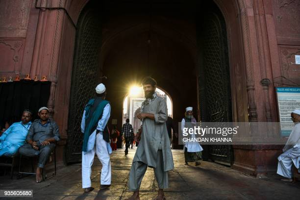Indian men leave Jama Masjid in the old quarters of New Delhi on March 21 2018 / AFP PHOTO / CHANDAN KHANNA