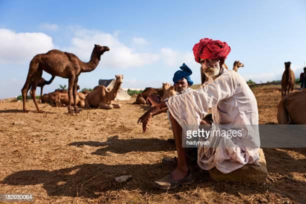 Homme Indien avec des chameaux à Pushkar pendant le festival
