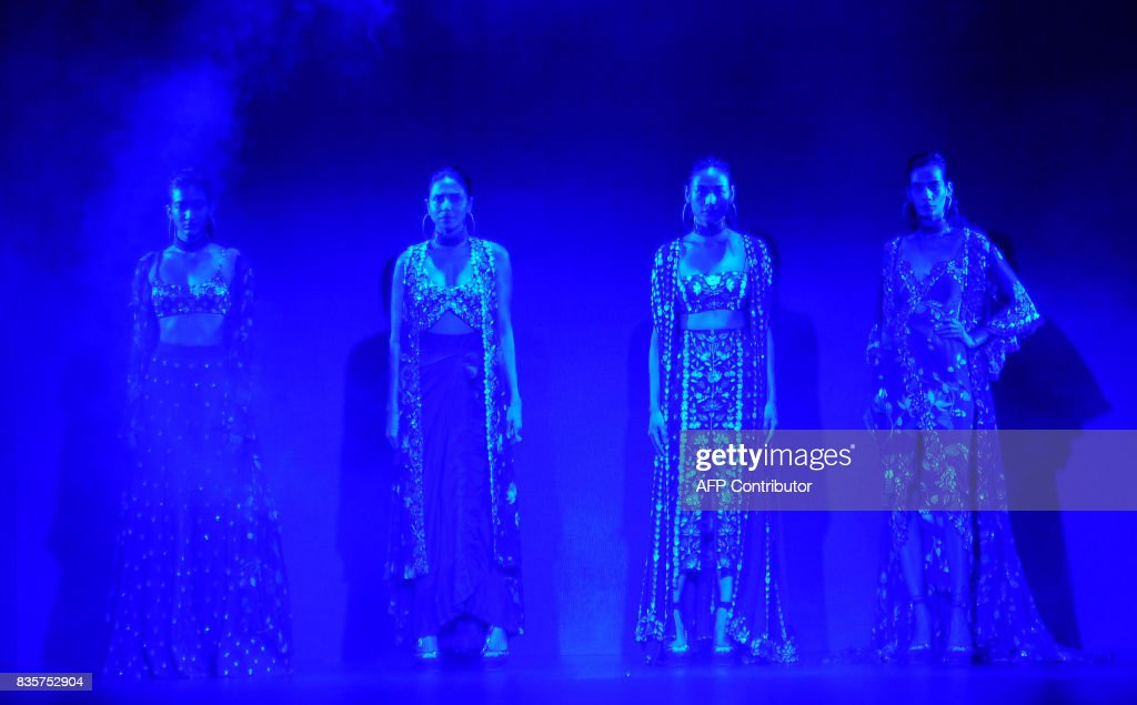 Indian models showcase creations by designer Arpita Mehta at the Lakme Fashion Week (LFW) Winter/Festive 2017 in Mumbai on August 20, 2017. Lakme Fashion Week is taking place in Mumbai from August 16-20. / AFP PHOTO / Sujit Jaiswal