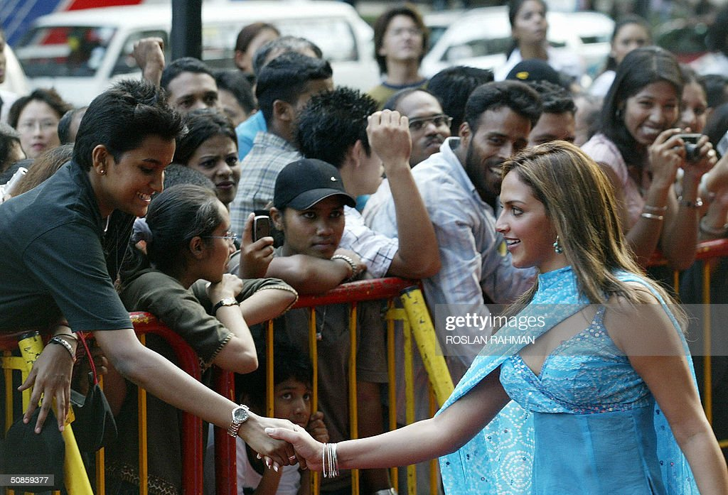 Indian movie star Esha Deol (R) shakes hands with a fan upon her arrival at the 5th International Indian Film Academy (IIFA) premiere movie 'Yuva' and 'Aayitha Enzhuthu' (Tamil) in Singapore, 20 May 2004.