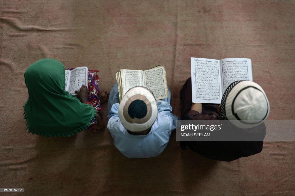TOPSHOT-INDIA-RELIGION-ISLAM-RAMADAN-CHILDREN : News Photo