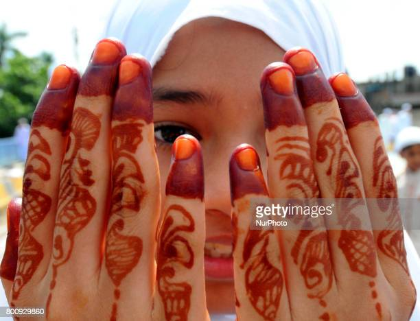 Indian Muslims girl offer prayers during Eid alFitr at Kolkata Fly Over on June 262017 in KolkataIndia Muslims around the world are celebrating the...