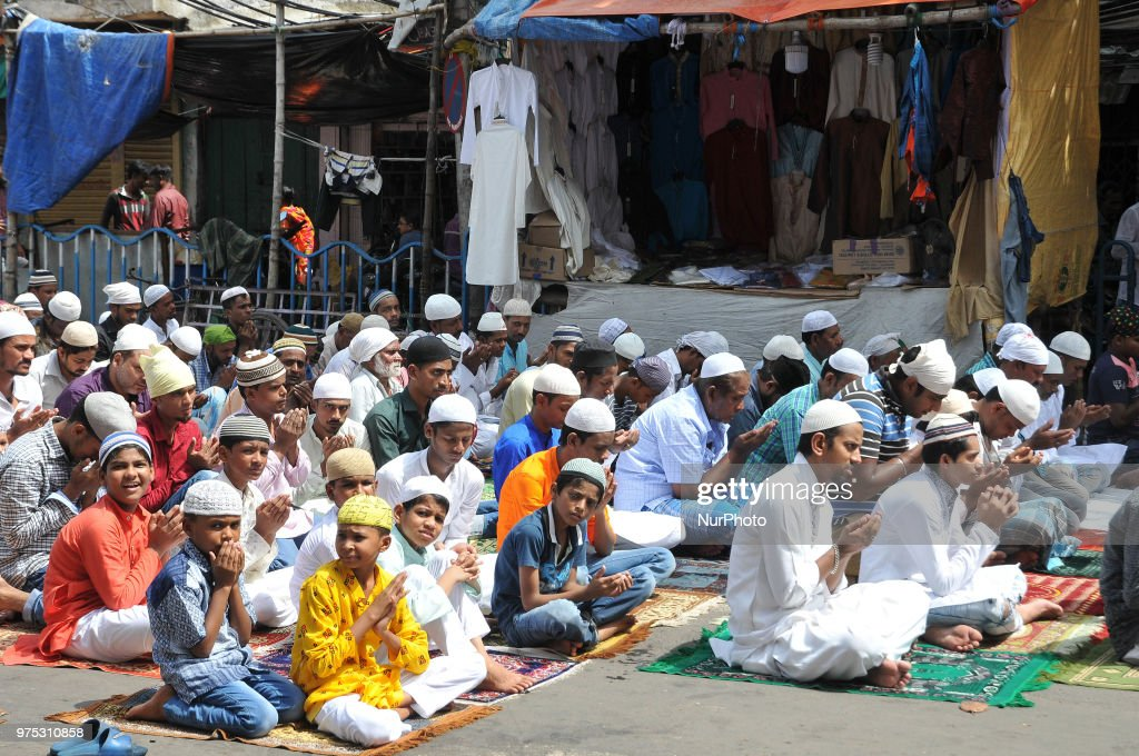 Indian Muslims offer prayers on the last congregational Friday prayers of the holy month of Ramadan, ahead of the Muslim festival of Eid al-Fitr, outside the Masque in Kolkata on June 15,2018.