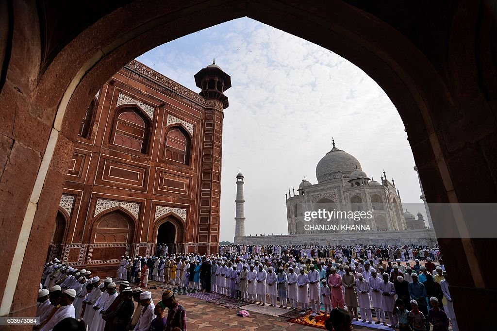 Indian Muslims pray during the Eid al-Adha festival at the mosque inside the Taj Mahal in Agra on September 13, 2016. Muslims across the world celebrate the annual festival of Eid al-Adha, or the Festival of Sacrifice, which marks the end of the Hajj pilgrimage to Mecca and in commemoration of Prophet Abraham's readiness to sacrifice his son to show obedience to God. / AFP / CHANDAN