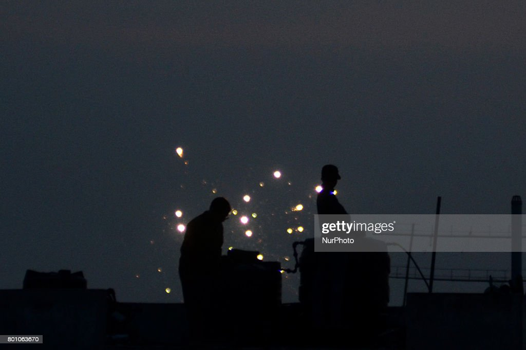 Best Festival Eid Al-Fitr Decorations - indian-muslims-stand-on-roof-top-of-a-building-to-sight-moon-near-picture-id801063670  Snapshot_208146 .com/photos/indian-muslims-stand-on-roof-top-of-a-building-to-sight-moon-near-picture-id801063670
