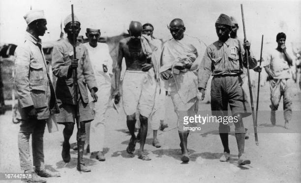 Indian pacifist Mahatma Gandhi leaves the prison in Poona after a twoweek hunger strike Photograph 1932 Der indische Pazifist Mahatma Gandhi verlässt...