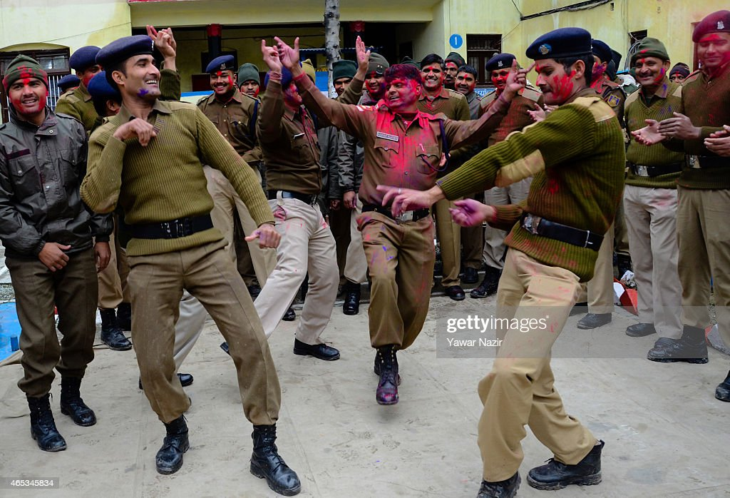Indian Soldiers Celebrate Holi In Kashmir : News Photo