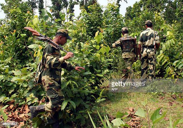 Indian paramilitary soldiers patrol inside a Maoist stronghold jungle close to West Bengal and Jharkhand bordering the village of Belpahari some 150...