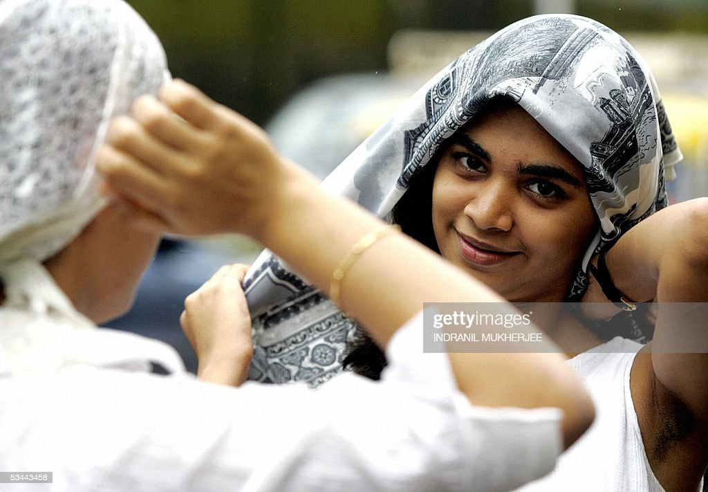 Indian Parsi girls cover their heads wit : News Photo
