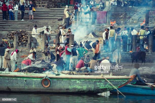 indian people cremation dead body  at manikarnika ghat near ganga river varanasi india - manikarnika ghat stock pictures, royalty-free photos & images