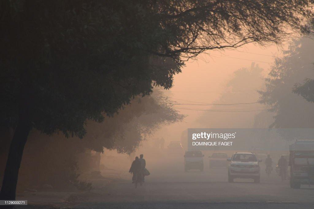 TOPSHOT-INDIA-ENVIRONMENT-POLLUTION-HEALTH : News Photo