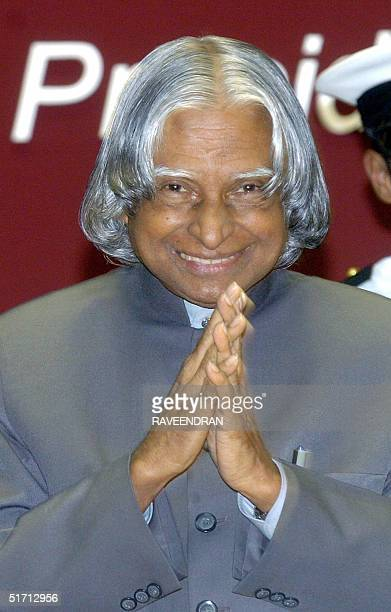 Indian President APJ Abdul Kalam greets delegates during the inaugural session of 'Bancon 2004' a bankers' conference in New Delhi 10 November 2004...