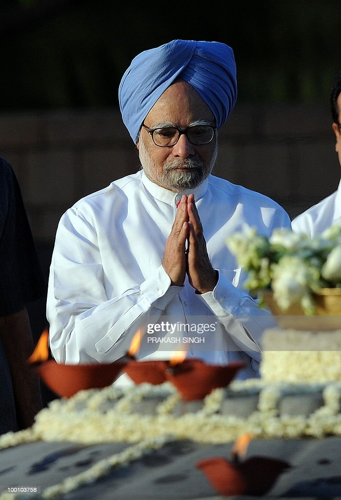 Indian Prime Minister Manmohan Singh pays tribute during a memorial ceremony for slain former Indian prime minister Rajiv Gandhi on his 19th death anniversary, in New Delhi on May 21, 2010. Rajiv Gandhi was assasinated during electoral campaigning, allegedly by Liberation Tigers of Tamil Eelam (LTTE) rebel separatists, in the town of Sriperumpudur in the southern state of Tamil Nadu on May 21, 1991. AFP PHOTO / Prakash SINGH