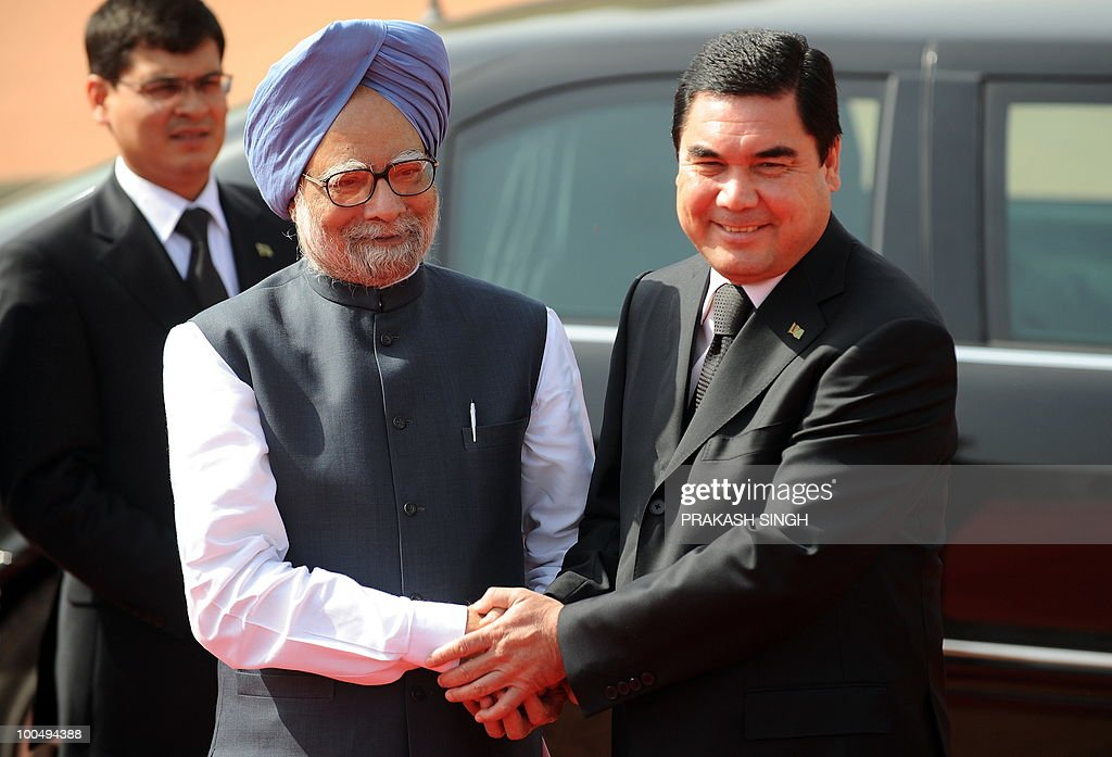 Indian Prime Minister Manmohan Singh (2nd L) shakes hands with Turkmenistan President Gurbanguly Berdimuhamedov during a ceremonial reception at the Presidential Palace in New Delhi on May 25, 2010. Turkmenistan's President Gurbanguly Berdimuhamedov is on a three-day state visit to India till May 26. AFP PHOTO/ Prakash SINGH