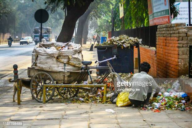 indian recycling work - jong heung lee stock pictures, royalty-free photos & images