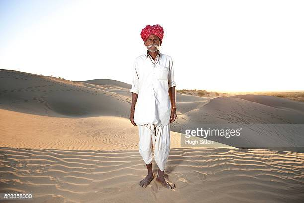 indian rjasthani man in the thar desert - hugh sitton stock-fotos und bilder