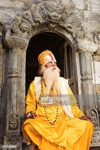 Sadhu indiani-indian holyman seduto nel tempio