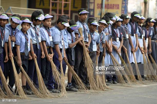 TOPSHOT Indian school children take part in a 'Swachh Bharat Abhiyan' cleaning campaign in Hyderabad on February 12 2018 / AFP PHOTO / NOAH SEELAM