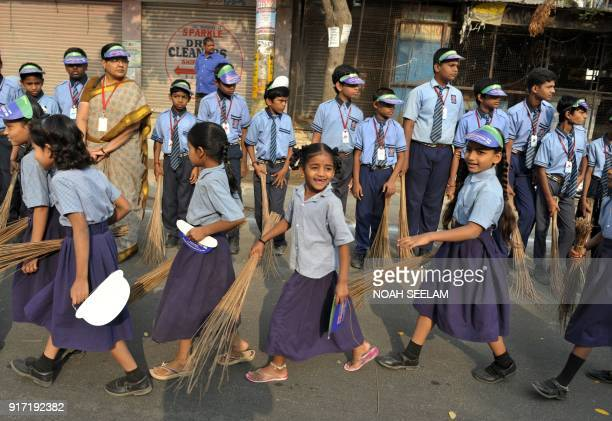 Indian school children take part in a 'Swachh Bharat Abhiyan' cleaning campaign in Hyderabad on February 12 2018 / AFP PHOTO / NOAH SEELAM