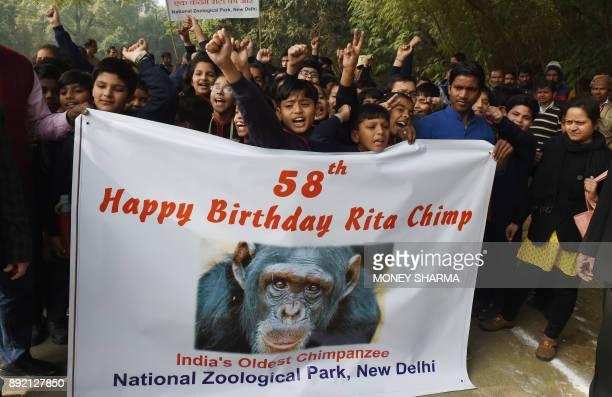 Indian schoolchildren celebrate the birthday of chimpanzee Rita at a zoo in New Delhi on December 14 2017 / AFP PHOTO / MONEY SHARMA