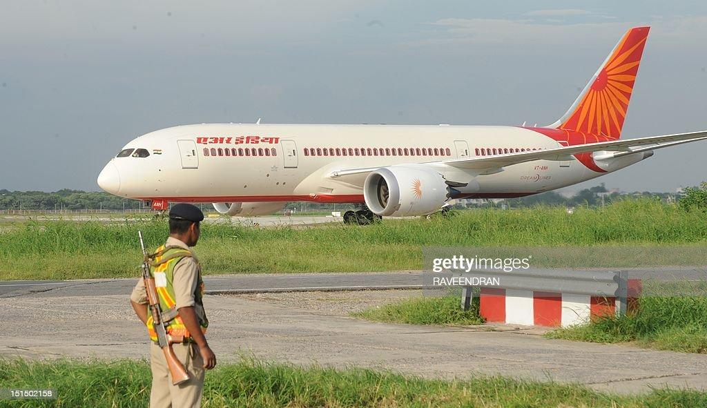 INDIA-TRANSPORT-AVATION-DRAMLINER : News Photo