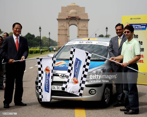 Indian shooter Abhinav Bindra flags off the transcontinental i10 Kappa Delhi to Paris drive at India Gate on September 10 2008 in New Delhi India
