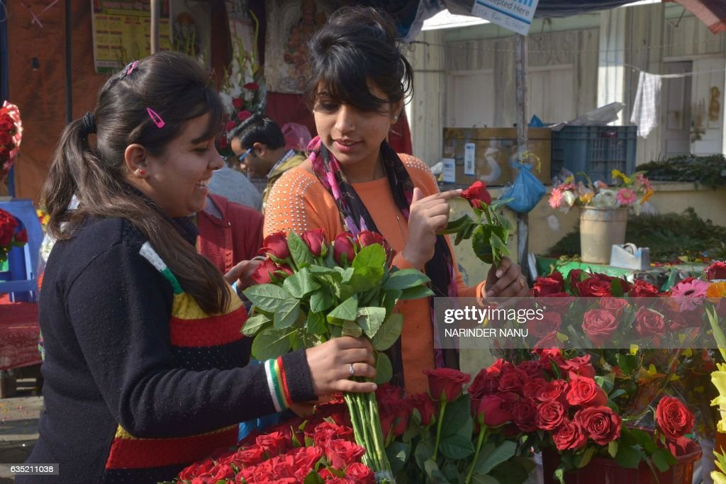 Indian shoppers buy roses to celebrate Valentine`s Day in Amritsar on February 14 2017 / AFP / NARINDER NANU