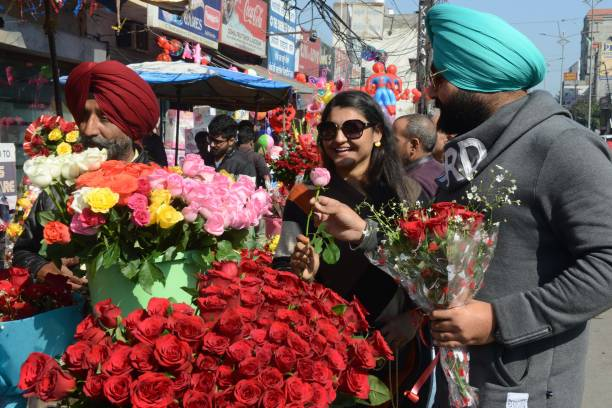 Indian shoppers buy roses to celebrate Valentine`s Day in Amritsar on February 14 2018 / AFP PHOTO / NARINDER NANU