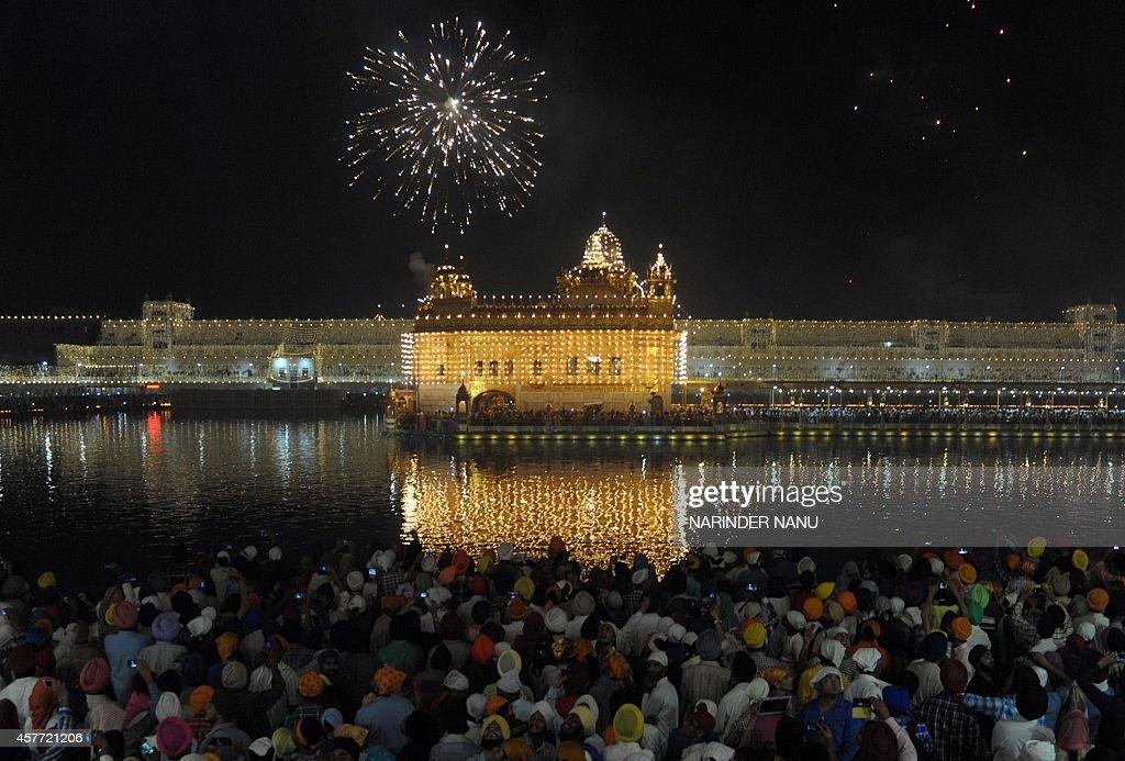 INDIA-RELIGION-SIKH-FESTIVAL-DIWALI : News Photo