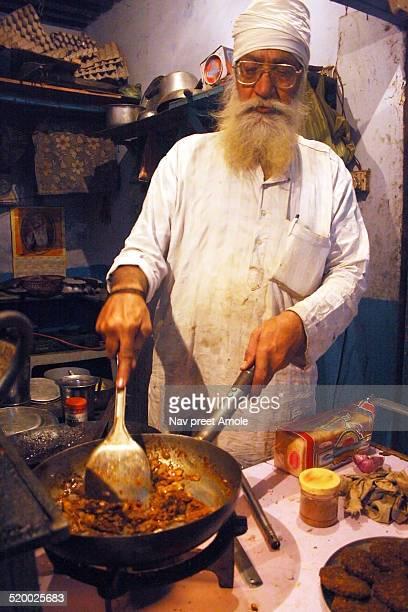 indian sikh man cooking chicken tikka masala - amritsar stock pictures, royalty-free photos & images