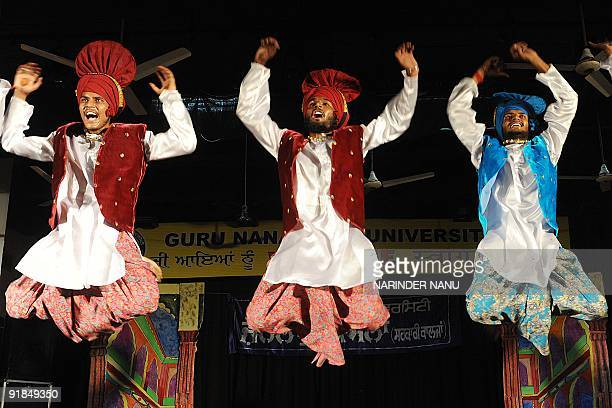 Indian Sikh students perform the traditional Punjabi 'Bhangra' dance at a university's youth festival in Amritsar October 13, 2009. AFP PHOTO/...