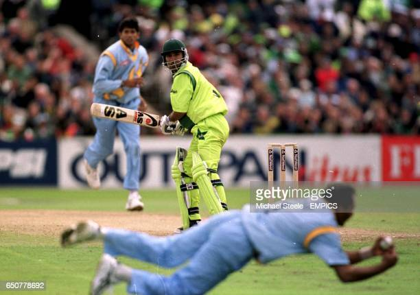 Indian slip Mohammad Azharuddin catches out Pakistan batsman Saeed Anwar off a delivery from Venkatesh Prasad
