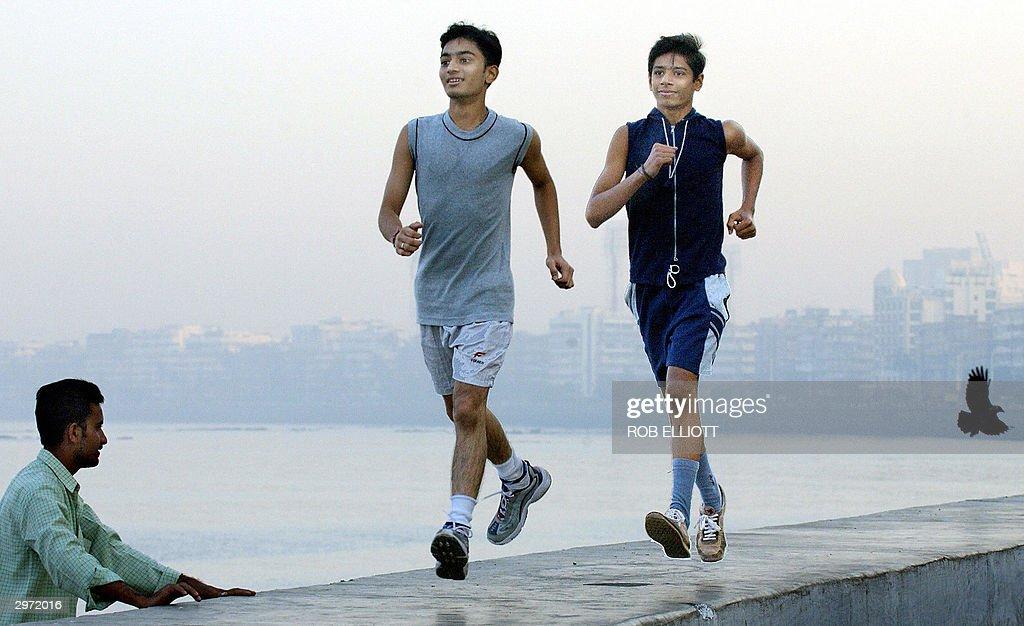 Indian student runners Vaibhab Mehta (2- : News Photo