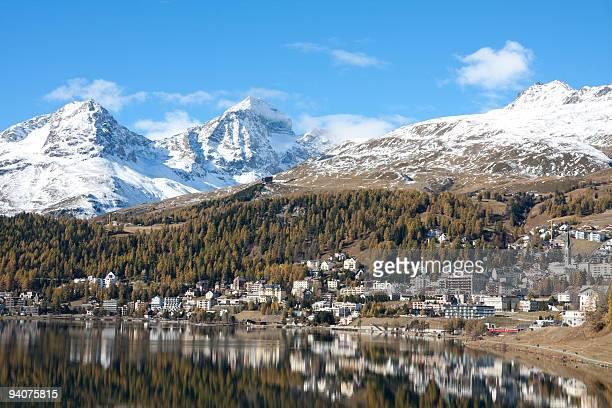 Altweibersommer: St.Moritz Lake mit gelben Larchs und Schnee-Berge